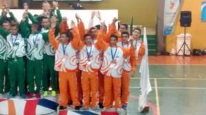 Equipo de microfutbol en el podio de los mejores